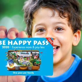"Junge mit ""Be Happy Pass"" des LEGOLAND Billund Resorts"