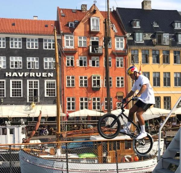 Red Bull BMX-Fahrer Kriss Kyle in Nyhavn in Kopenhagen